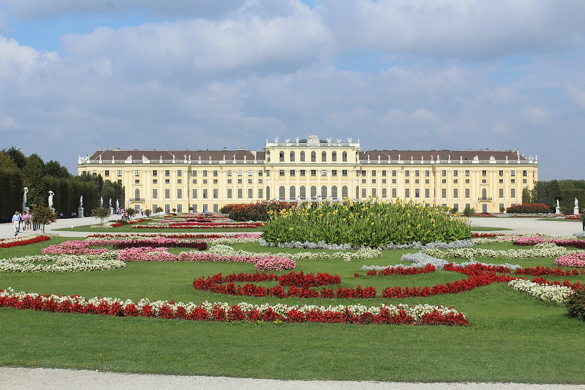 1200px-Vienna-Schönbrunn,_centre_of_the_garden,_view_to_the_palace